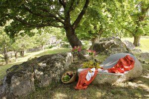 Les chaises longues taillées dans le granit du Mas Nouveau
