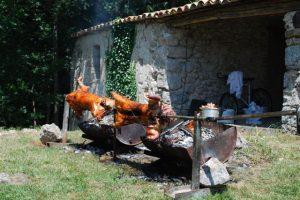 Le porc à la broche en préparation au Mas Nouveau