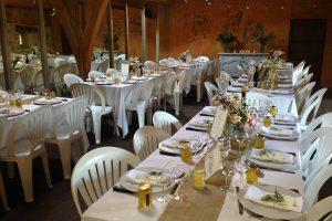 La salle haute préparée pour les repas