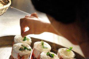 Dessert en préparation pour la table d'hôte du Mas Nouveau