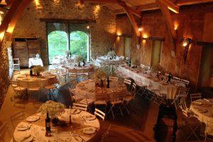 Les tables rondes dans la grande salle